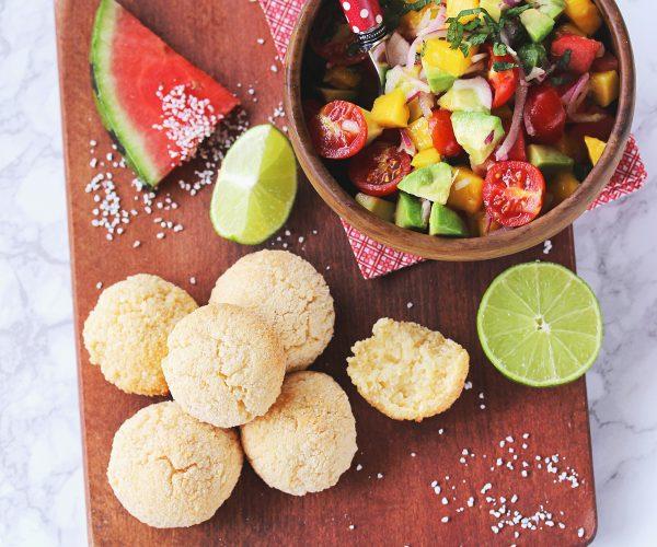 Pao de Queijo, ou pain au fromage, et salsa de mangue et avocat
