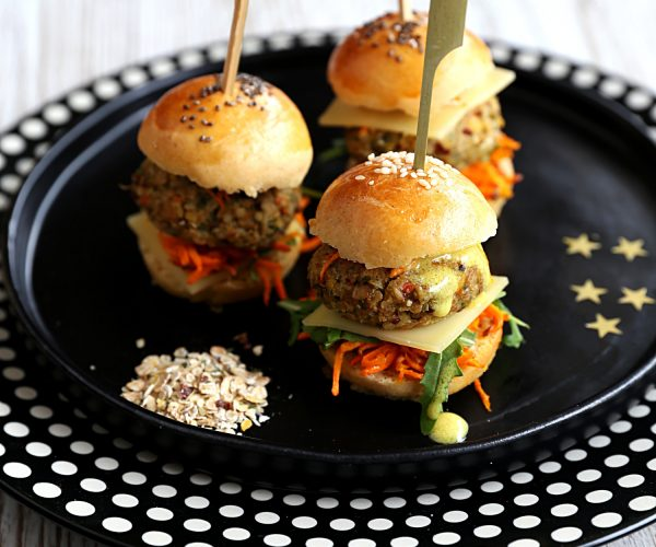 Mini burger veggie aux légumes et quinoa, sauce citronnée